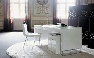 Белый удобный большой письменный стол