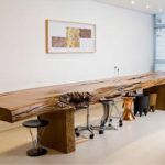 Обзор столов из необработанного дерева