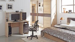 Компьютерный стол в спальне