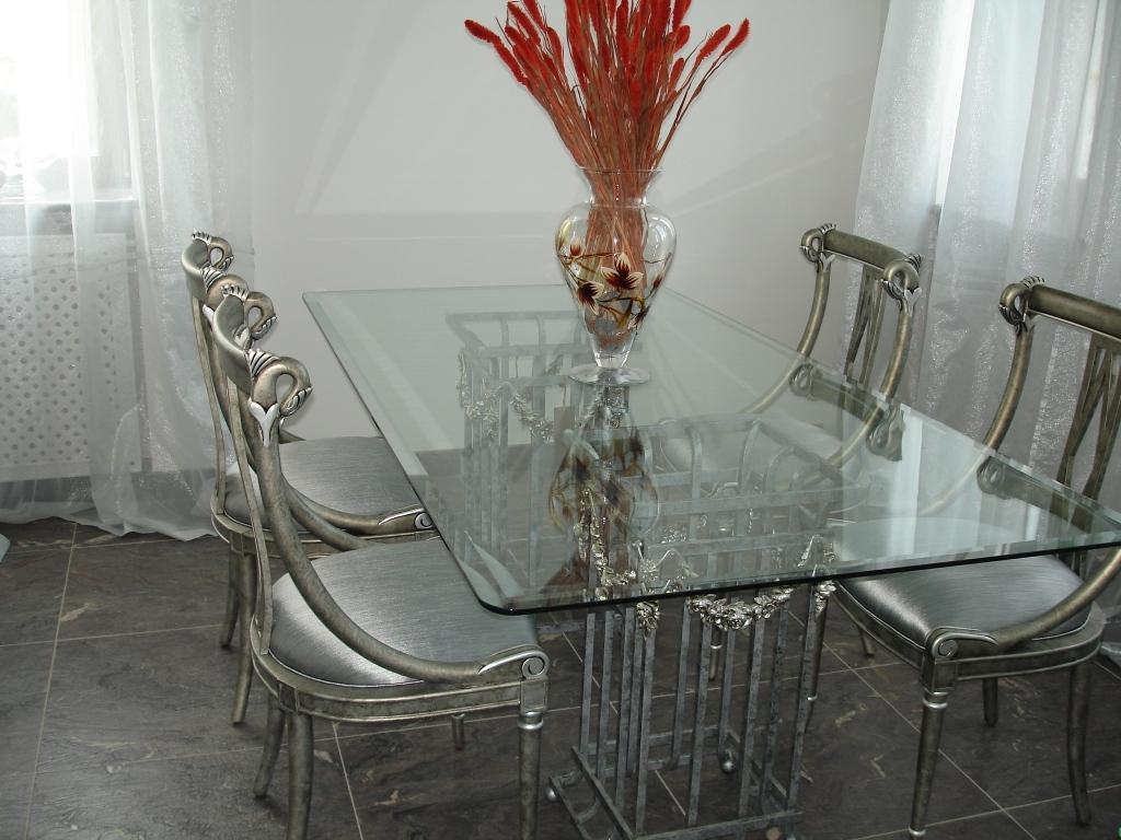 Красивый стеклянный стол