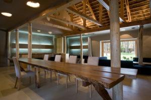 Красивый стол из необработанного дерева