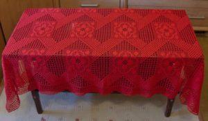 Красная вязаная скатерть