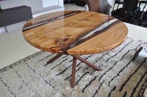Круглый стол покрытый эпоксидной смолой