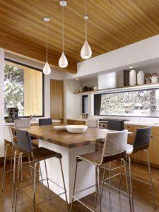 Кухня и высокий обеденный стол в коттедже