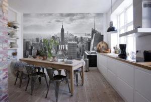 Кухонный стол из дерева в интерьере кухни