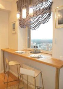 Кухонный стол на подоконнике