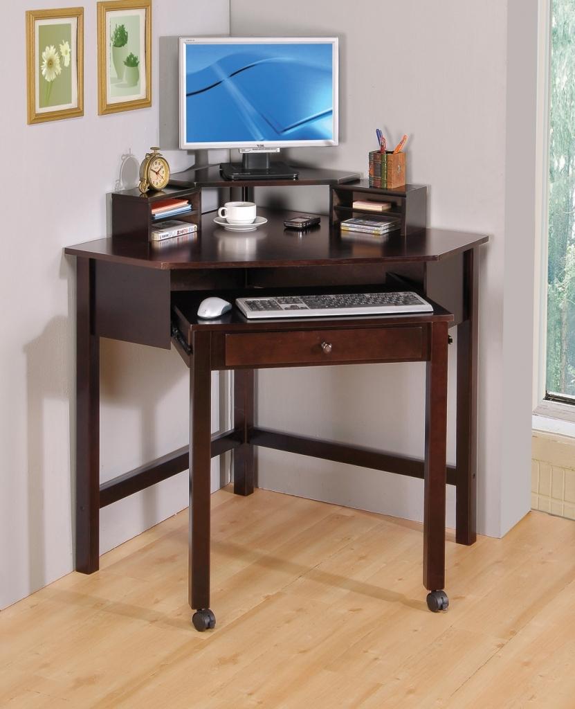 Небольшой стол с выдвижной подставкой под клавиатуру