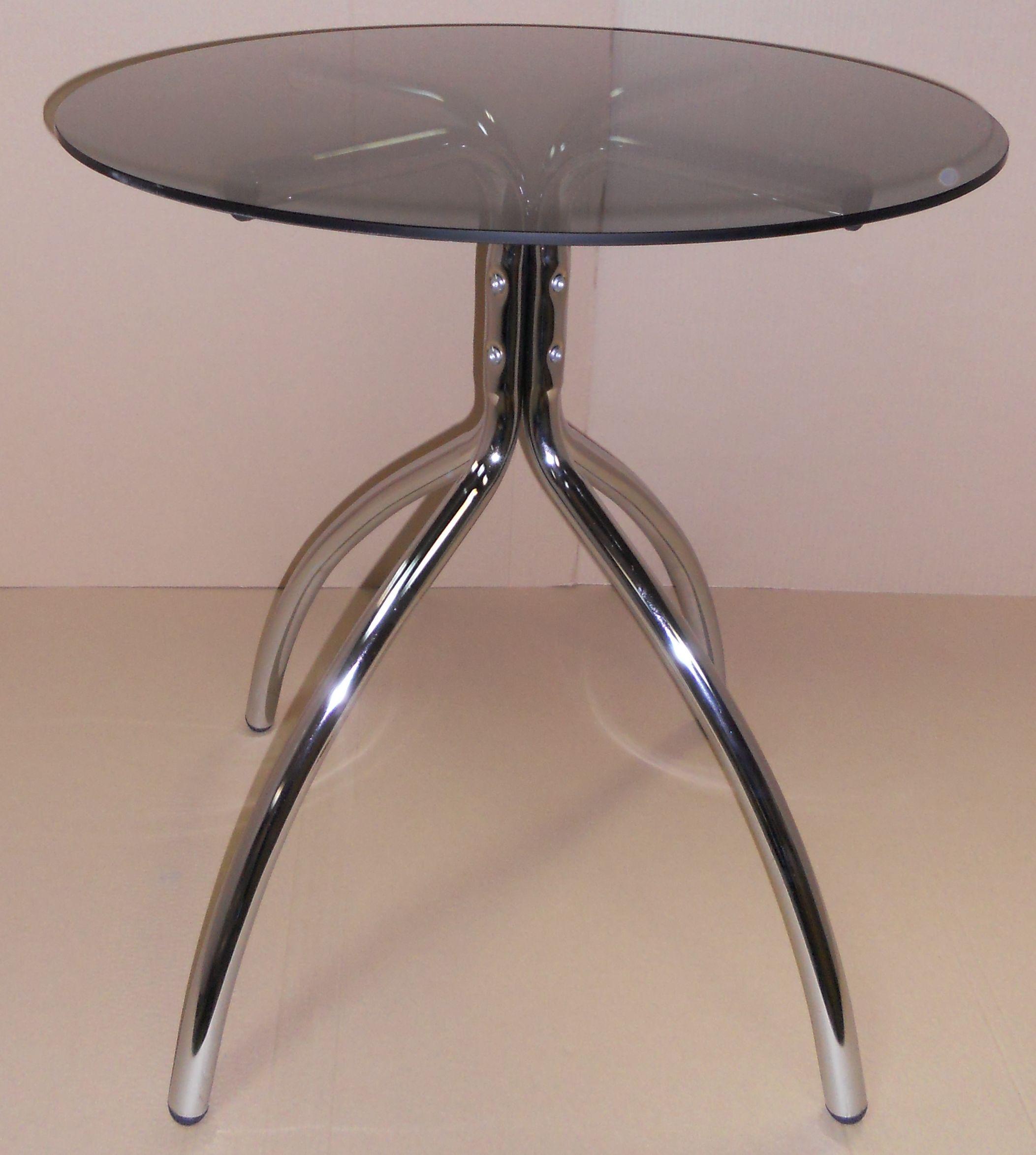 Необычный стол на четырёх ножках