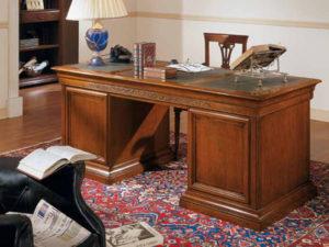 Письменный стол из массива дерева для рабочего кабинета