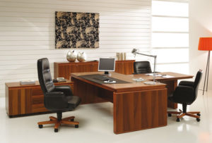 Письменный стол изготовлен из натурального массива дерева