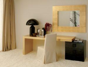 Письменный стол с ящиками и столешницей, отделанной золотой фольгой