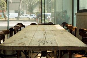 Прямоугольный стол из дерева