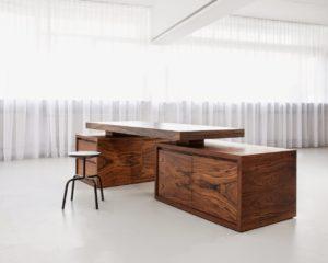 Солидный письменный стол из массива дерева для кабинета
