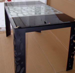 Стеклянный черный стол в кухню