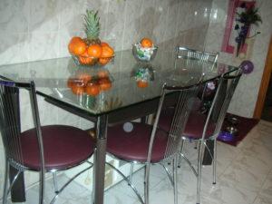 Стеклянный кухонный стол в интерьере