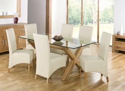 Стеклянный стол с деревянными ножками