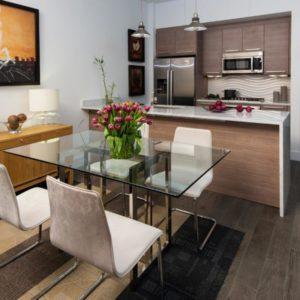 Стол для небольшой кухни из металлического основания и стеклянной столешницей