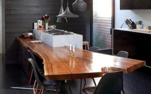 Стол из необработанного дерева в интерьере кухни