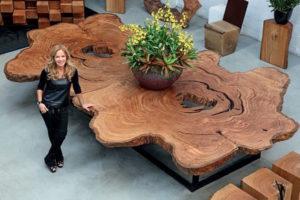 Стол из цельного среза ствола огромного дерева