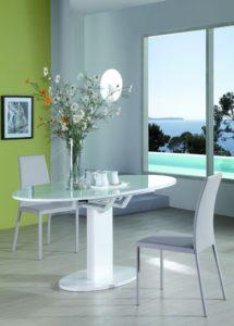 Стол с глянцевым покрытием