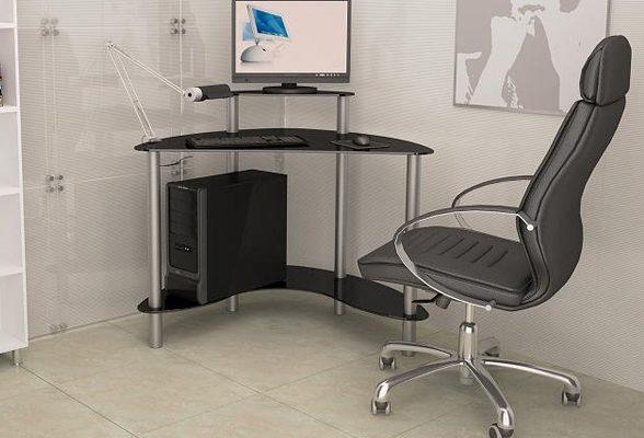 Столешница такого стола обычно с выдвижной полкой под клавиатуру