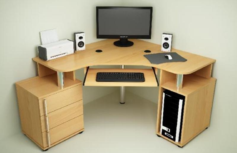 Светлый компьютерный стол