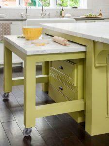 Выдвижные столы на кухне - очаровательный интерьер в салатовом цвете