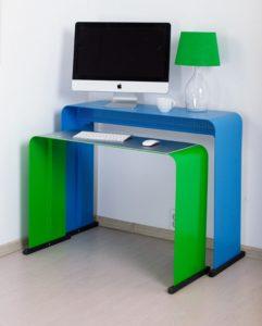 Яркий стол дя работы за ноутбуком
