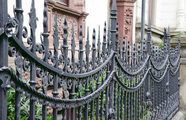 Кованые заборы (ограждения) для частных домов — выбираем свой стиль