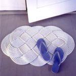 Создаем уют, используя вязаные коврики для ванной (41 фото)