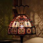 Красивая настольная лампа своими руками изподручных материалов— 24 фото примеров